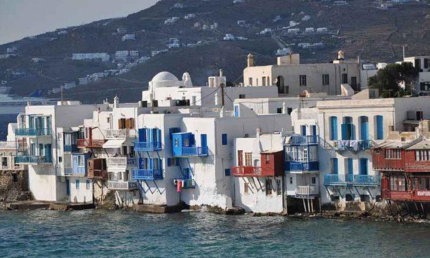 Kleuren van licht en water op Mykonos in Griekenland