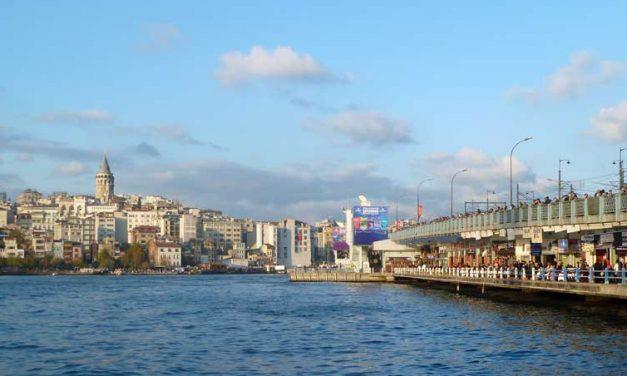 Hengelaars en handelaars op de Galatabrug in Istanbul