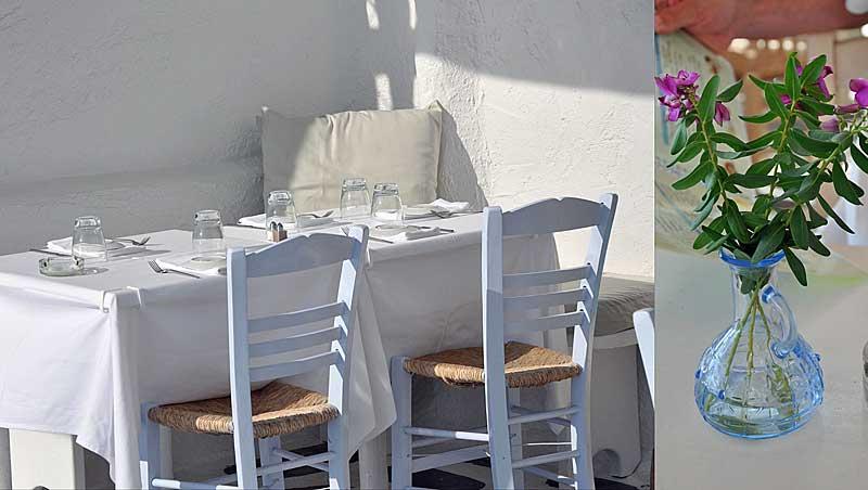 Witte eettafel met linnen kussentje en blauw vaasje