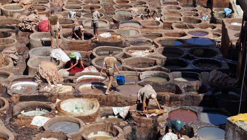Balanceren in de leerlooierswijk in Fez