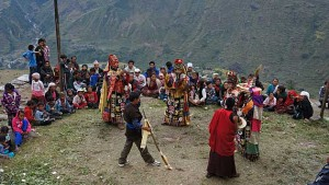 Monniken dansen tijdens Dashain-festival in Nepal