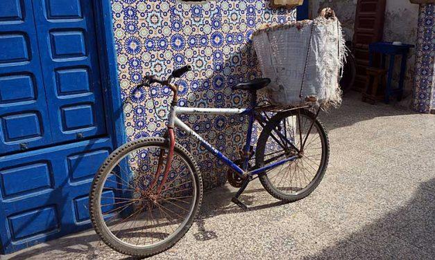 Fiets met broodmand in de medina van Essaouira