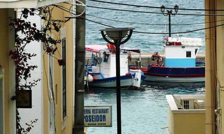 Strandjes en een e-reader in Pigadia op Karpathos