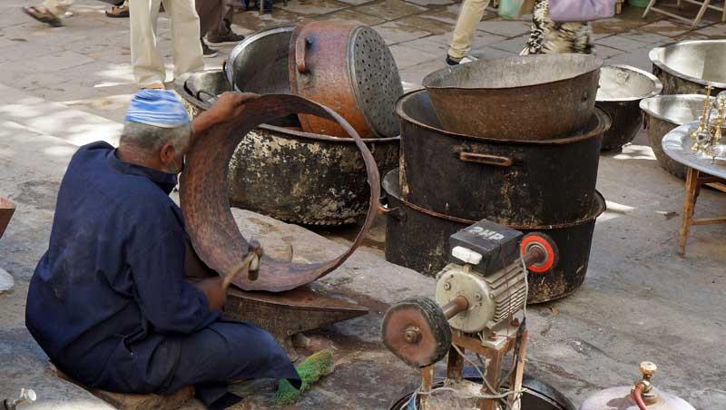 Ketels, potten en pannen op Place Seffarine in Fez