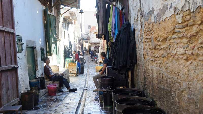 Wolververs in de Souk des Teinturiers in Fez