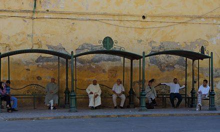 Een sierlijke bushalte in Fez