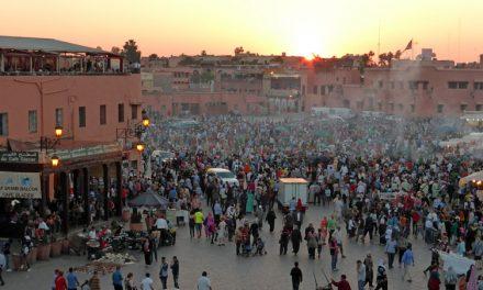 Rookpluimen boven het Jeema el-Fna in Marrakech