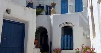 witte-huizen-blauwe-deuren-